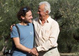 Dieser Händedruck steht für Fairness und Anerkennung im Olivenhain.