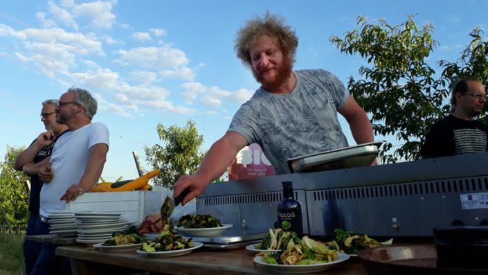 Christian von einsundeinsdeluxe beim Kochen mit Aiolos