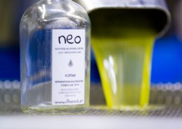 Das erntefrische naturtrübe Neo Olivenöl kommt direkt aus der Presse auf den Tisch.
